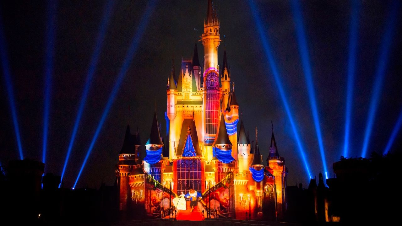 Walt_Disney_World_Magic_Kingdom_Entertainment_FIreworks_Mouse_Traveller